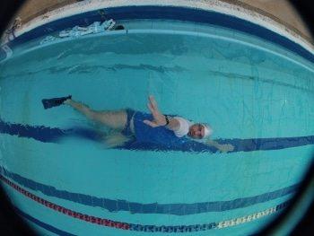 לימוד שחיה בסגנון גב