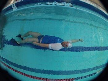 לימוד שחיית גב בשלבים