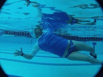 לימוד שחייה בסגנון גב